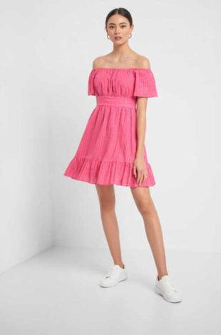 Krátké moderní dámské šaty s odhalenými rameny