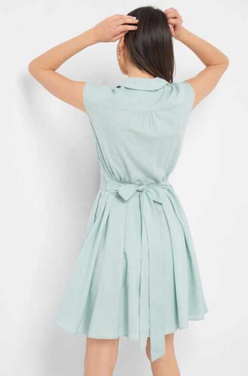 Letní šaty bez rukávů s kapsami a límečkem