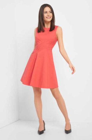 Moderní áčkové šaty s lodičkovým výstřihem a bez rukávů