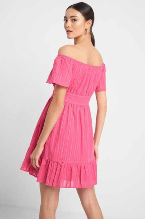 Moderní dámské šaty ve fialovém a bílém provedení