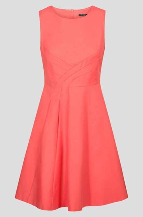 Moderní šaty bez rukávů s áčkovou sukní