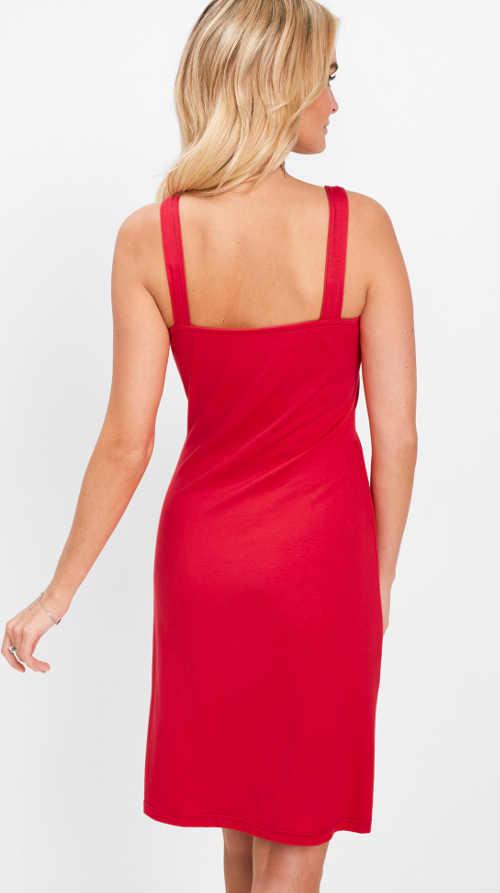 Moderní šaty s působivým detailem