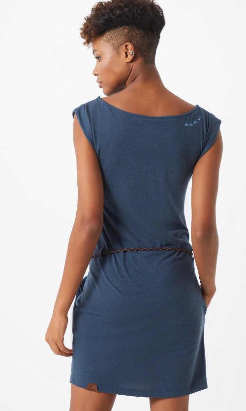 Moderní šaty skýtající komfort