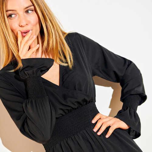 Moderní šaty v černém provedení nejen do společnosti