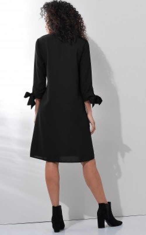 Moderní šaty volnějšího střihu s efektivní vázačkou na rukávech