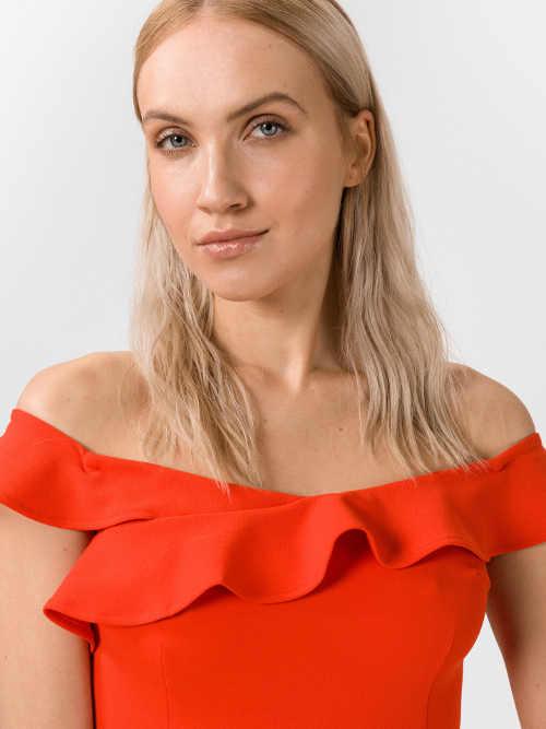 Moderní šaty z kvalitní látky s odhalenými rameny