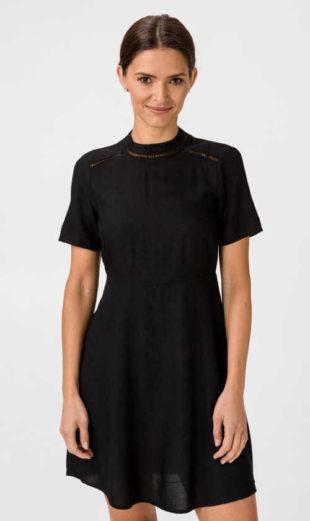 Působivý model šatů v černém provedení nejen do společnosti