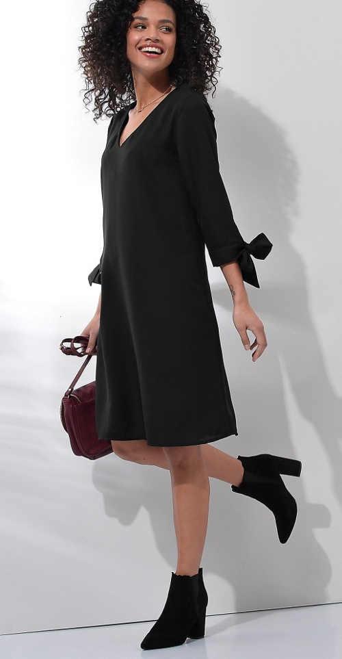 Stylové šaty volnějšího střihu s delším rukávem a mašlí