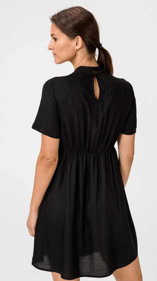 Stylový model šatů z kvalitního materiálu