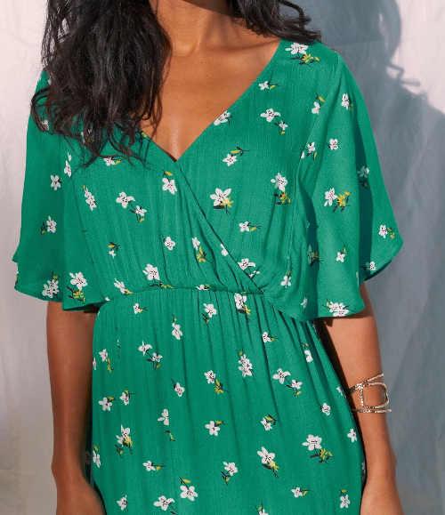 zelené šaty v asymetrickém zakončení