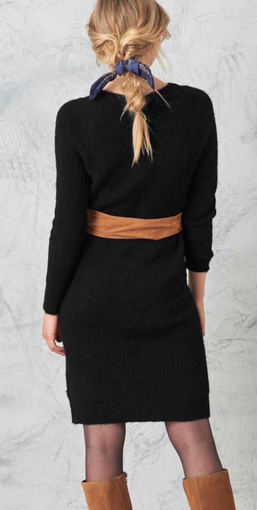 moderní pulovrové šaty v délce ke kolenům
