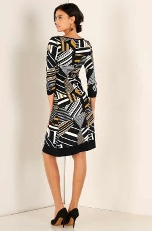moderní šaty s geometrickým vzorem v délce nad kolena