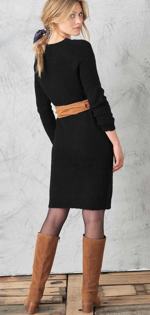 pulovrové šaty s dlouhým rukávem a výstřihem