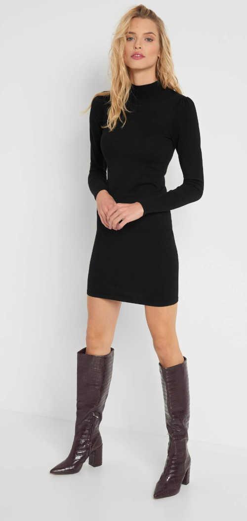 Přiléhavé šaty z žerzeje se stojáčkem u krku a dlouhým rukávem