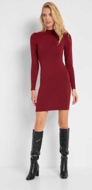 Žerzejové přiléhavé šaty v krátké délce a dlouhým rukávem