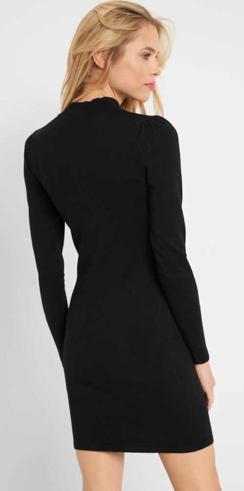 černé šaty lichotící postavě