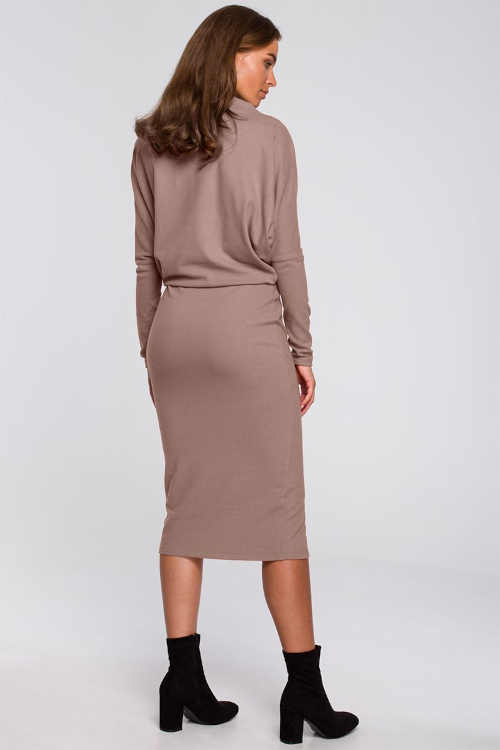 moderní dámské šaty v midi délce