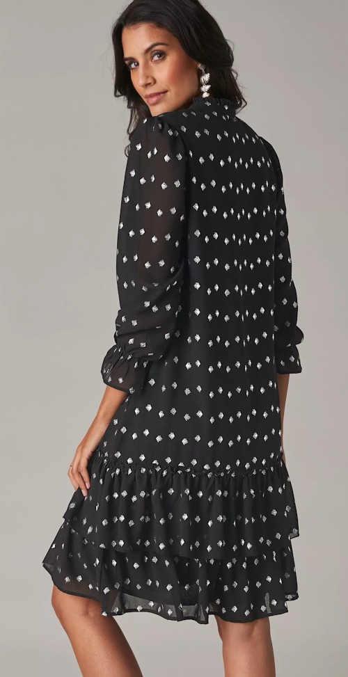 moderní šaty s volány volného střihu