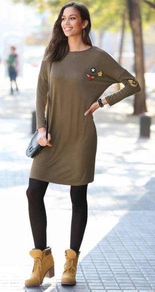 Krátké šaty s dlouhým rukávem a nášivkami v khaki barvě