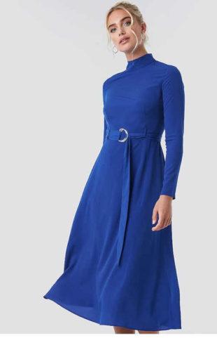 Stylové šaty se stojáčkem u krku a zdobným páskem