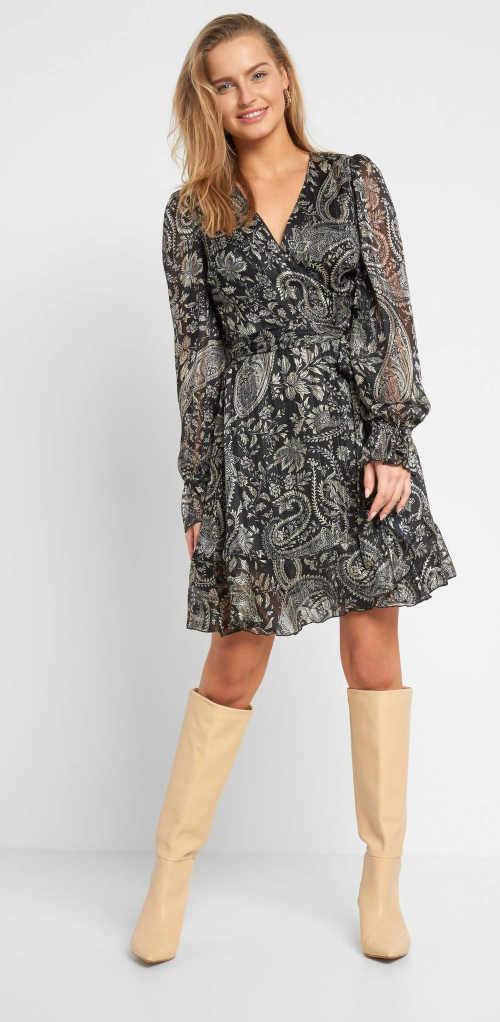 Zavinovací šaty s geometrickým vzorem ze splývavého materiálu
