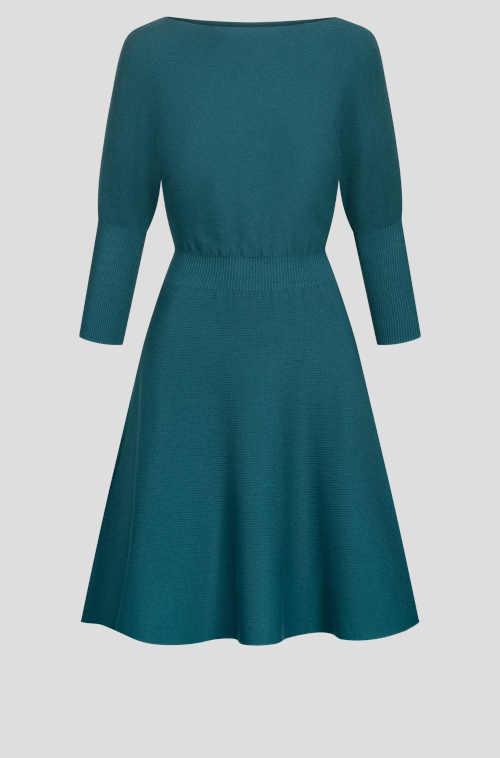 moderní šaty nad kolena s lodičkovým výstřihem