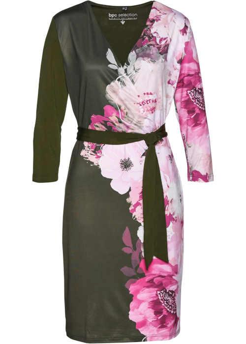 Módní úpletové šaty v působivé barevném provedení