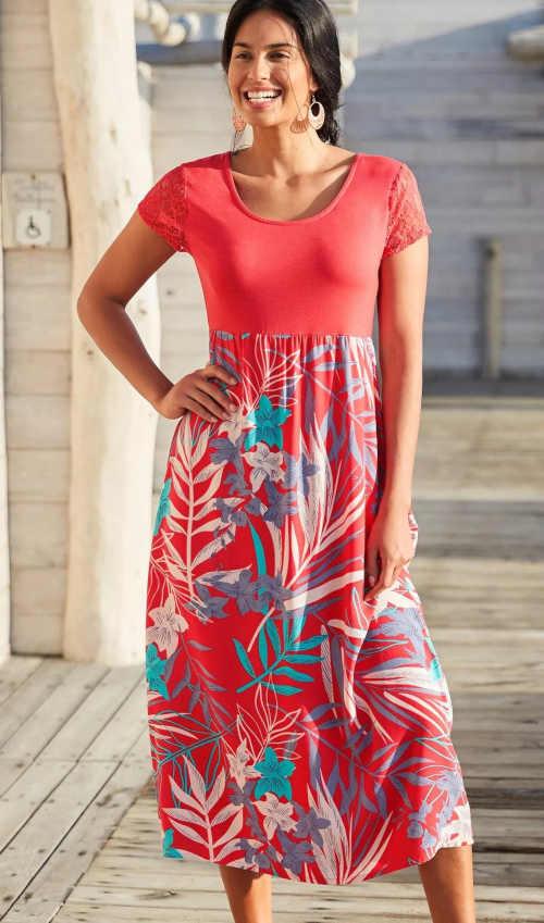 Dlouhé šaty s krátkým rukávem v komfortním střihu