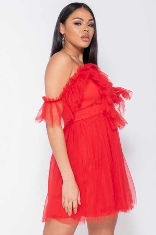 červené šaty s hlubokým výstřihem