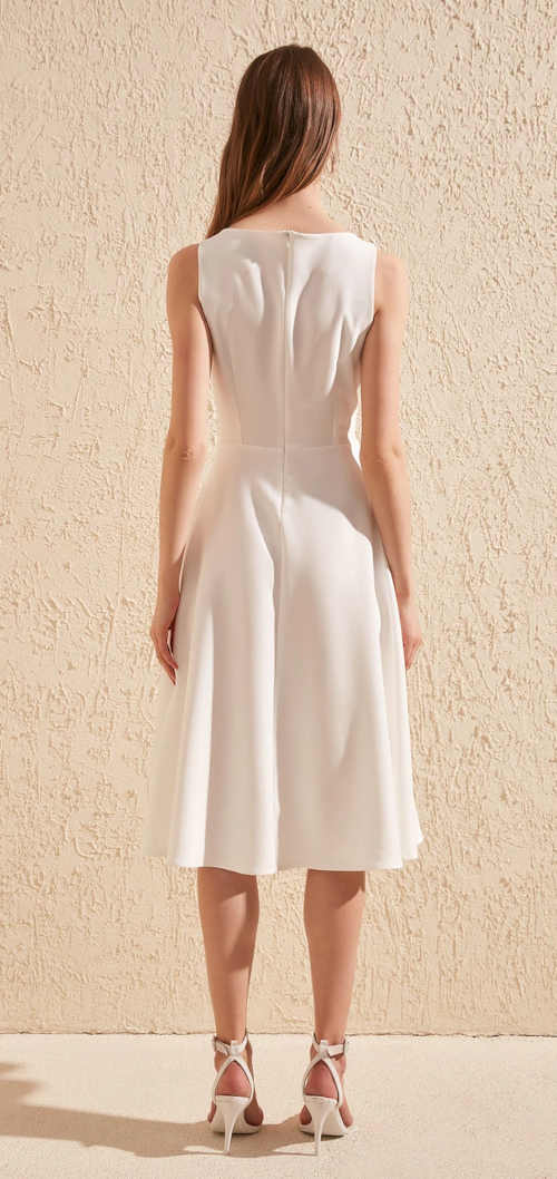 elegantní model šatů ke kolenům bez rukávů