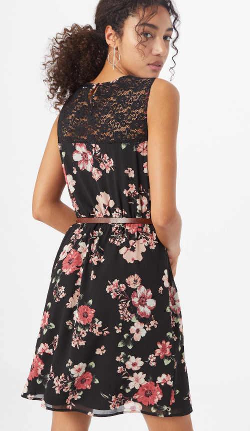 moderní šaty v moderním květovaném vzoru