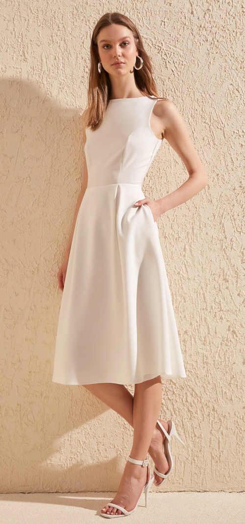 šaty bez rukávů nabírané v pase