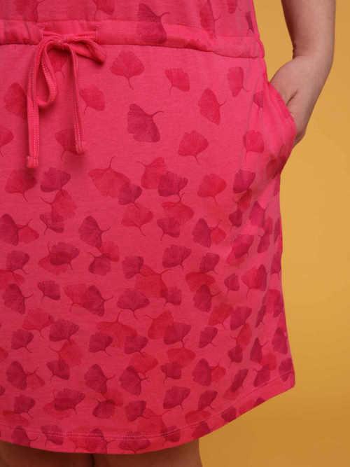 šaty s integrovanou šňůrkou v pase