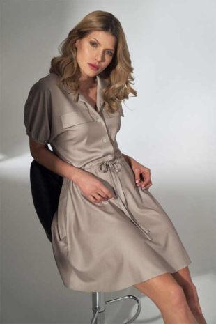 Elegantní šaty s knoflíkovou légou a integrovaným páskem