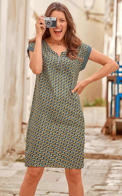 Šaty lichotící postavě v moderním vzoru a zipem vpředu