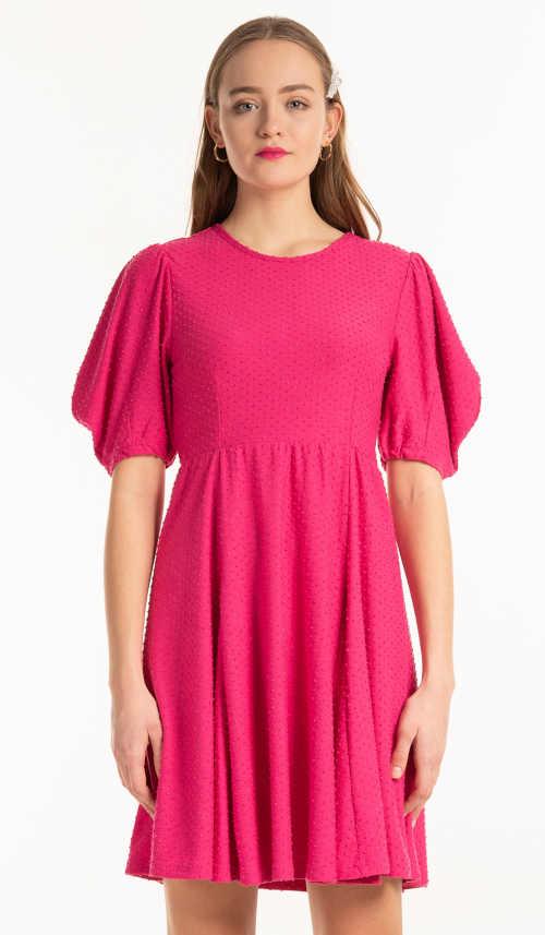 Trendy šaty s efektivním nabíraným střihem v růžovém provedení