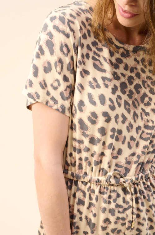 moderní šaty s krátkým rukávem