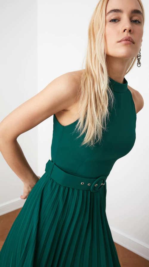 Moderní zelené společenské šaty s opaskem