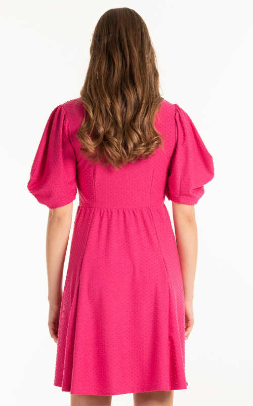 růžové šaty áčkového střihu