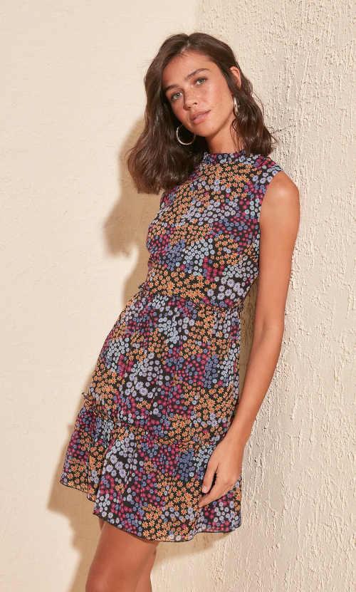 moderní letní šaty v krátké délce