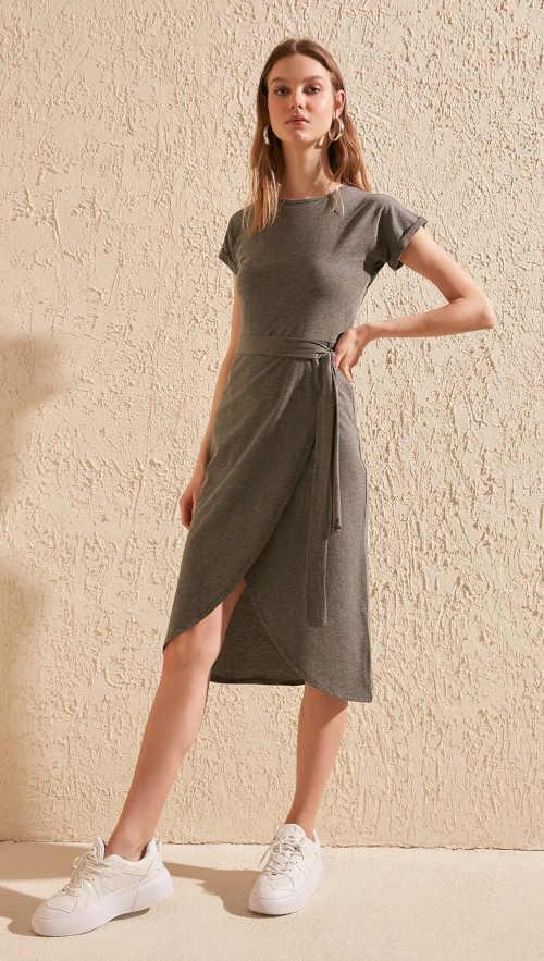 šaty s páskem a rozparkem vpředu