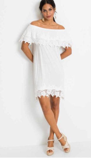 Krátké šaty v bílém provedení s krajkou a s odhalenými rameny