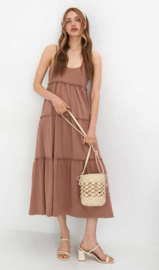 Moderní dámské maxi šaty v béžovém provedení na tenká ramínka