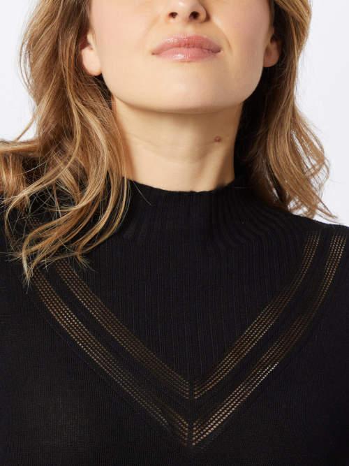 Ozdobná aplikace ve výstřihu pletených šatů