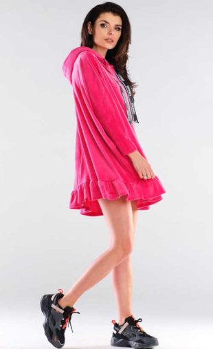 Růžové šaty sportovního střihu s kapucí a volánovým lemem