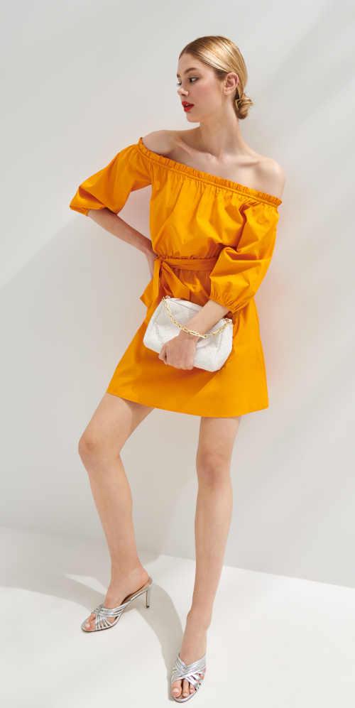 Šaty v oranžovém provedení se spadlými rameny zdobené páskem