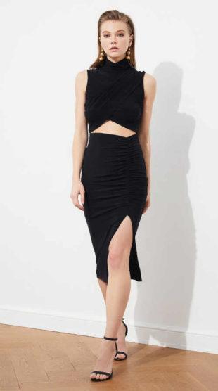 Sexy dámské černé šaty s průstřihem v rafinovaném střihu