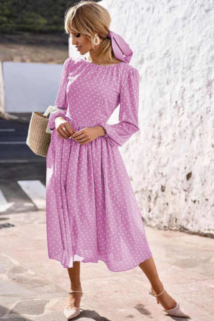 Světle fialové šaty v romantickém střihu s puntíkatým vzorem
