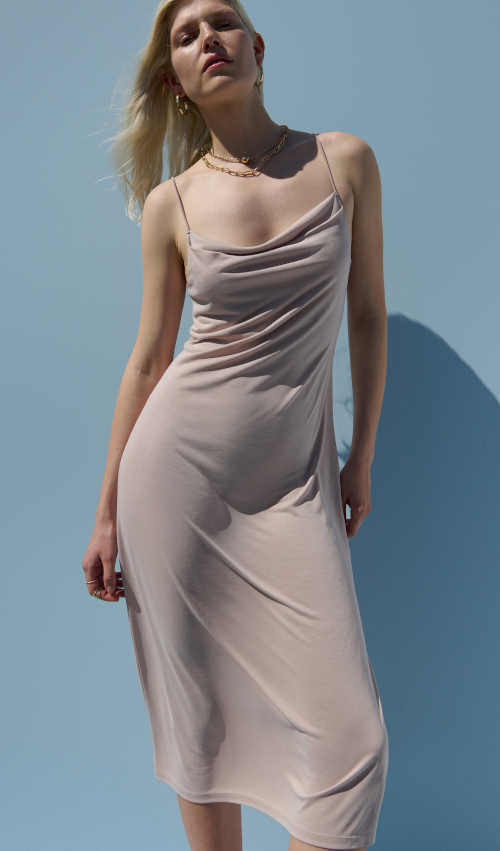 béžové šaty na ramínka s postranním rozparkem