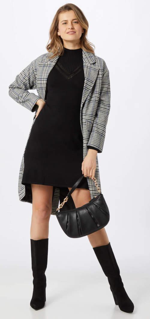 Krátké černé pletené šaty k vysokým kozačkám